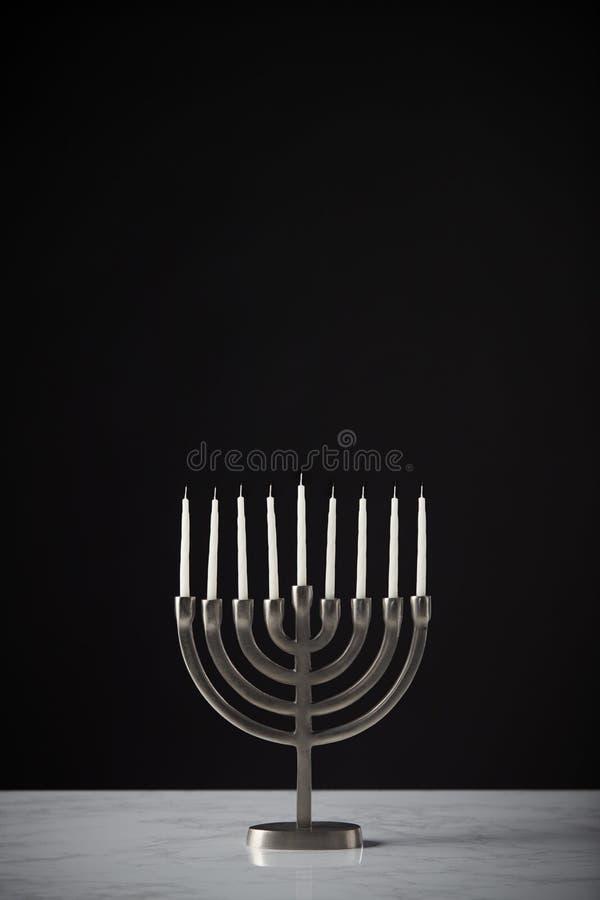 Metal Hanukkah Menorah Z Unlit świeczkami Na marmur powierzchni Przeciw Czarnemu Pracownianemu tłu obraz stock