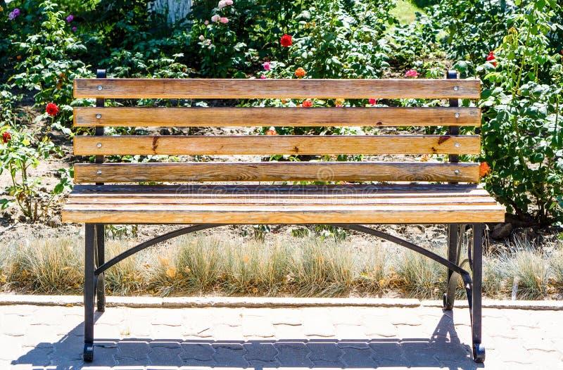 Metal i drewniana ławka w ogródzie obrazy royalty free