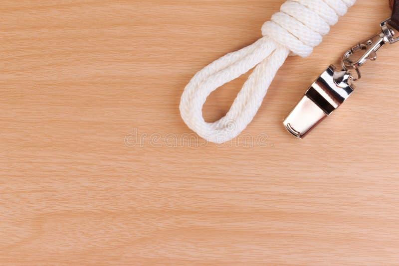 Metal il fischio, ingiallisca la corda della sciarpa dell'esploratore e dell'esploratore immagini stock libere da diritti