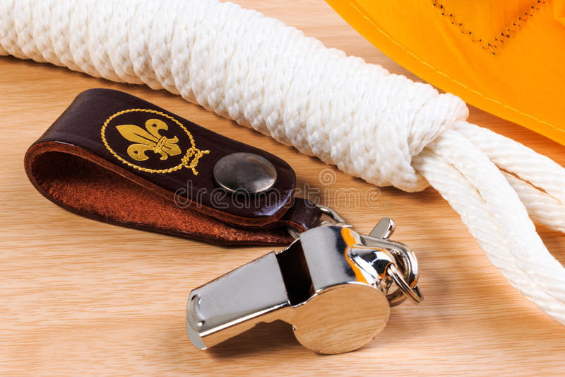 Metal il fischio, ingiallisca la corda della sciarpa dell'esploratore e dell'esploratore su fondo di legno fotografie stock