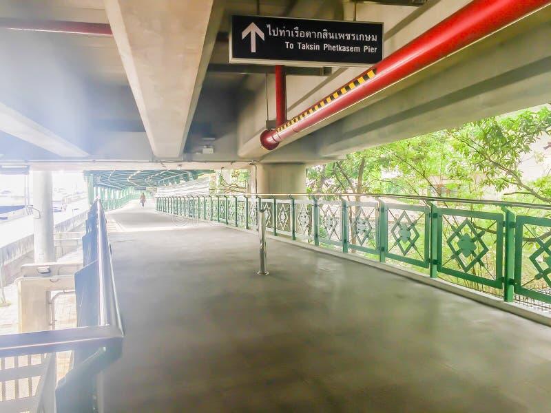 Metal il modo di camminata del cielo al pilastro di Taksin nell'ambito della stazione di treno di alianti a Bangkok, Tailandia Ar fotografia stock libera da diritti