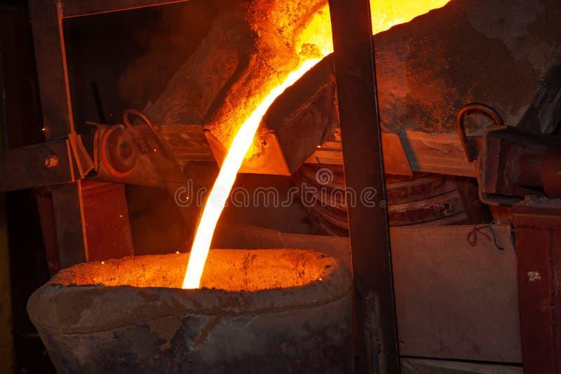 Metal il processo della colata con fuoco ad alta temperatura nella fabbrica della parte di metallo fotografia stock