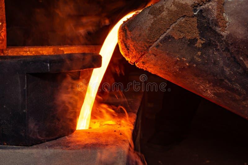 Metal il processo della colata con fuoco ad alta temperatura nella fabbrica della parte di metallo immagini stock