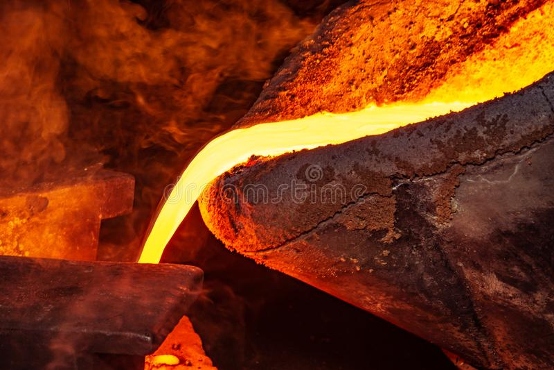 Metal il processo della colata con fuoco ad alta temperatura nella fabbrica della parte di metallo immagini stock libere da diritti
