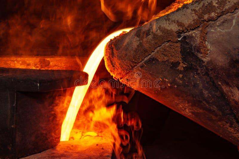 Metal il processo della colata con fuoco ad alta temperatura nella fabbrica della parte di metallo immagine stock