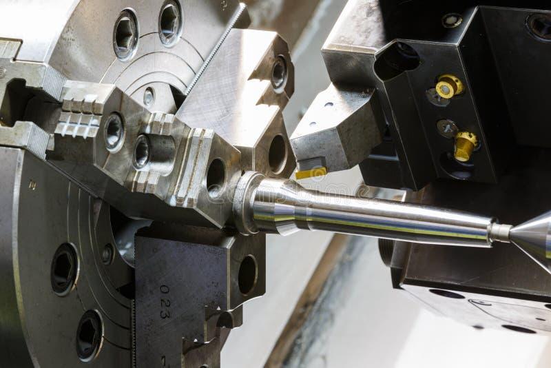 Metal il processo lavorante del lavoro dall'utensile per il taglio su CNC l fotografia stock