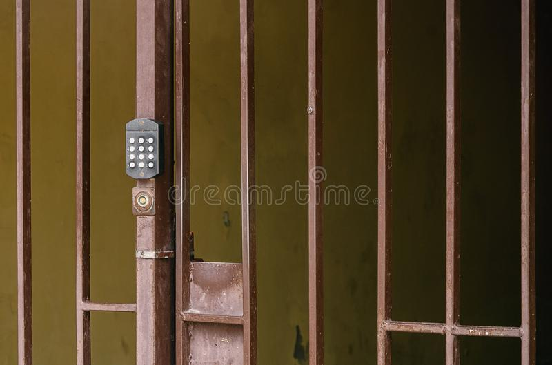 Metal il recinto con un citofono di codice sul portone fotografia stock