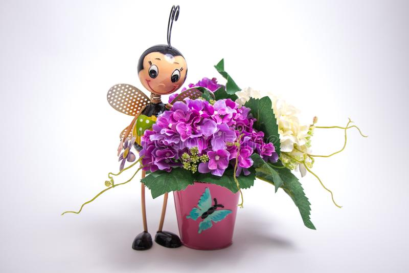 Metal il vaso di fiore dell'ape e un mazzo di fiori fotografie stock libere da diritti
