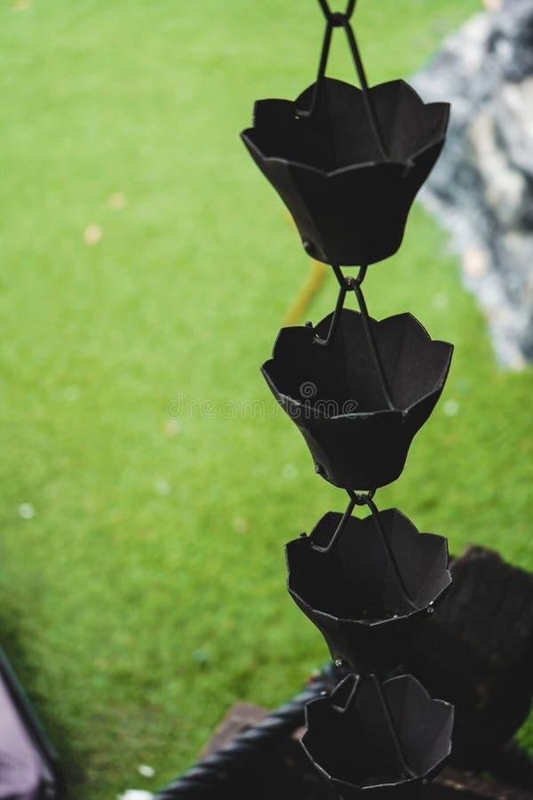 Metal japonés del elemento de la lluvia de la arquitectura del tejado del jardín de cadena del templo viejo vintage del estilo de foto de archivo libre de regalías