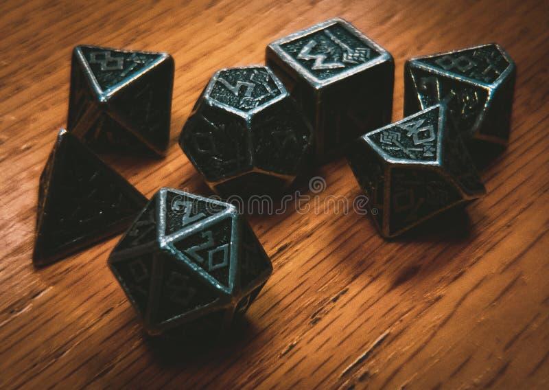 Metal kostki do gry Na Drewnianym stole z Vinetting obrazy stock
