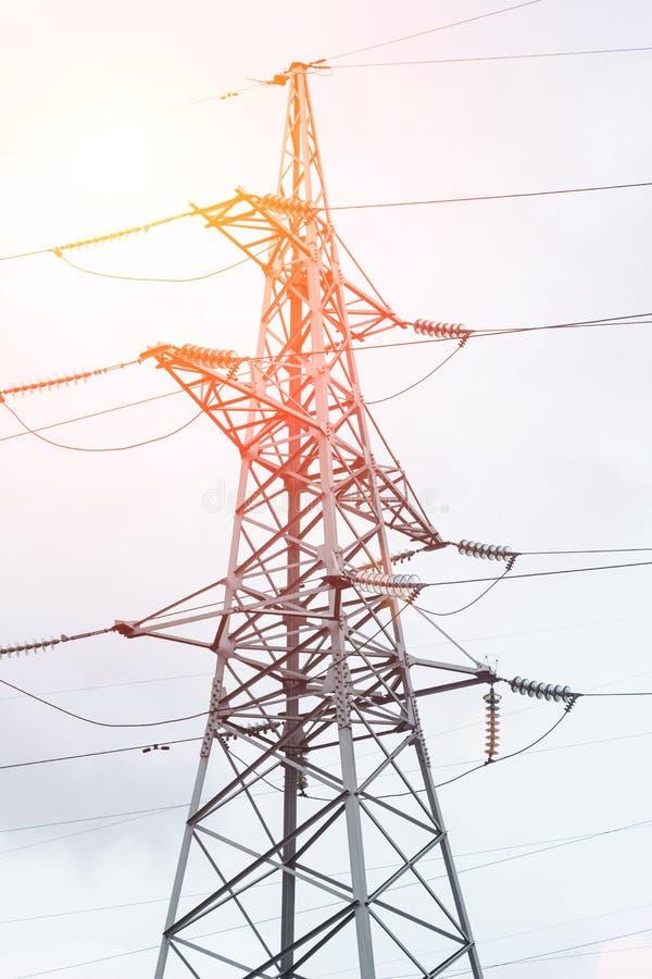 Metal l'appui à haute tension, tour électrique contre le ciel, plan rapproché photographie stock libre de droits