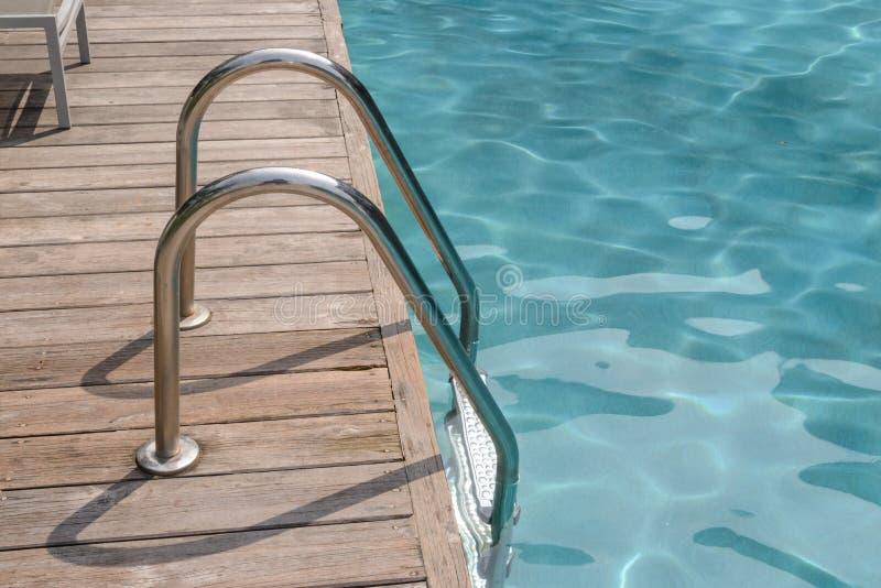 Metal l 39 escalier pour ravir la piscine image stock for Stop metal pour piscine