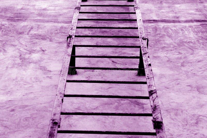 Metal l'escalier sur le mur de ciment dans le ton pourpre photo stock
