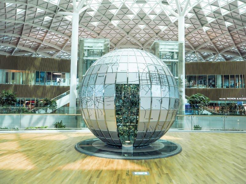 Metal l'installation d'art du globe dans le terminal 2 de l'aéroport international d'Incheon image libre de droits