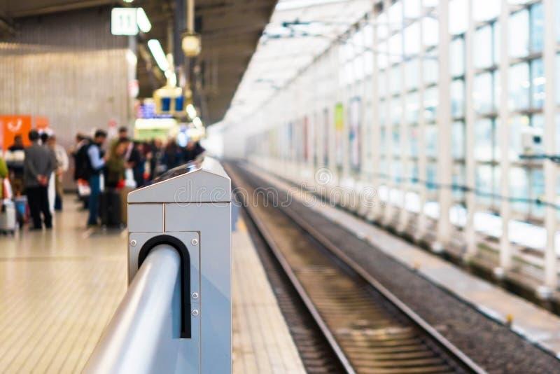 Metal la barandilla en el territorio del ferrocarril en Kyoto, Japón Copie el espacio para el texto foto de archivo libre de regalías