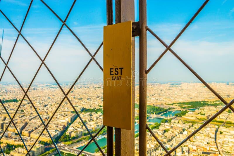 Metal la barrière sur l'aile est de Tour Eiffel regardant au-dessus de la rivière la Seine en été simple images libres de droits