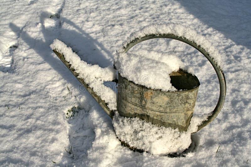 Metal la boîte d'arrosage couverte dans la neige en soleil d'après-midi d'hiver photographie stock