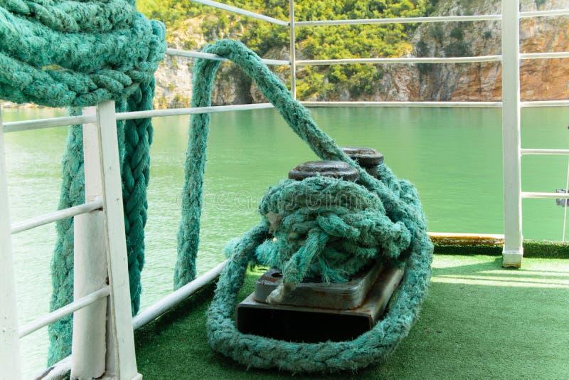 Metal la borne de rouillement avec les cordes lourdes sur un bateau photos libres de droits