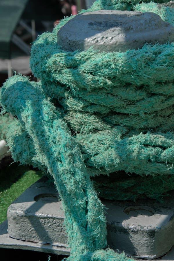 Metal la borne de rouillement avec les cordes lourdes sur un bateau photos stock
