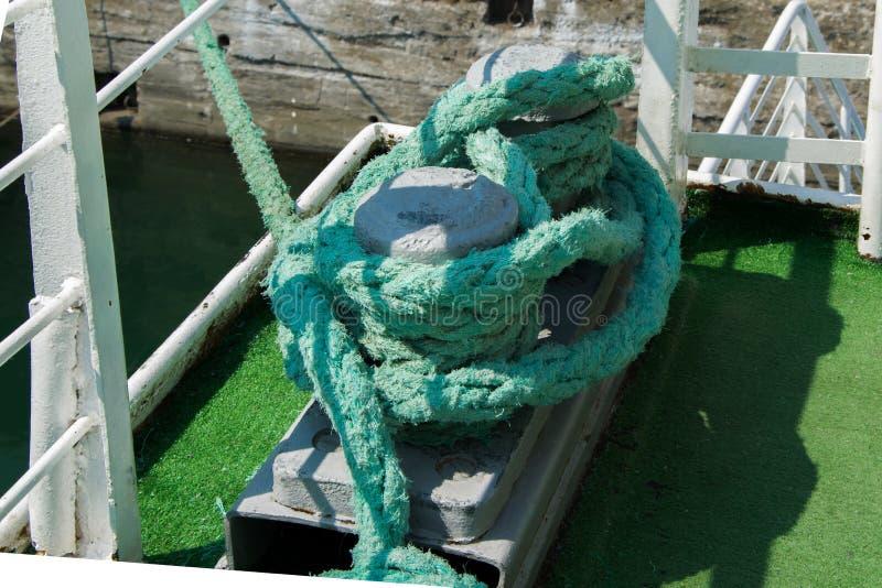 Metal la borne de rouillement avec les cordes lourdes sur un bateau images stock