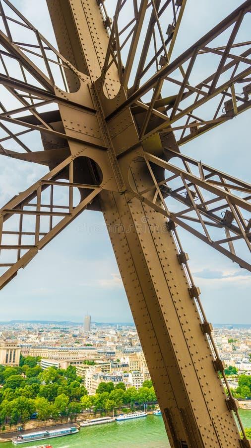 Metal la croix sur Tour Eiffel avec Paris sur le fond image libre de droits
