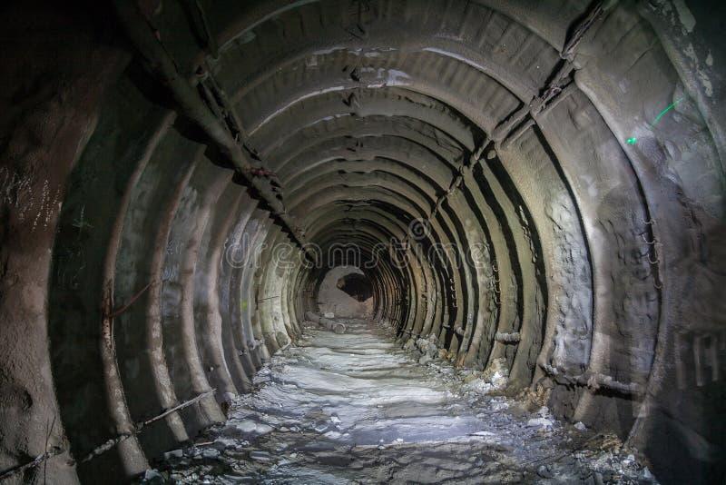Metal la doublure tubbing dans le mien crayeux abandonné dans Belgorod images stock