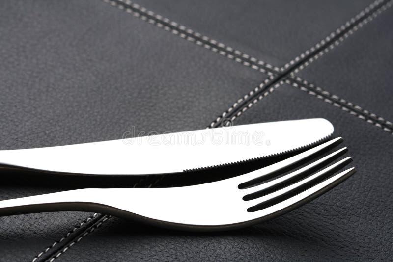 Metal la fork y el cuchillo con la luz abstracta foto de archivo libre de regalías