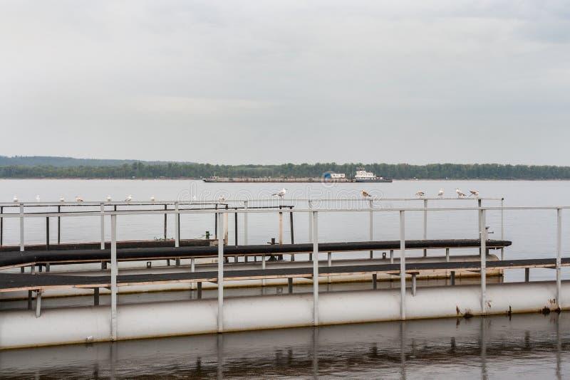 Metal la plate-forme pour l'amarrage des bateaux et de la grande péniche sur la Volga photos libres de droits