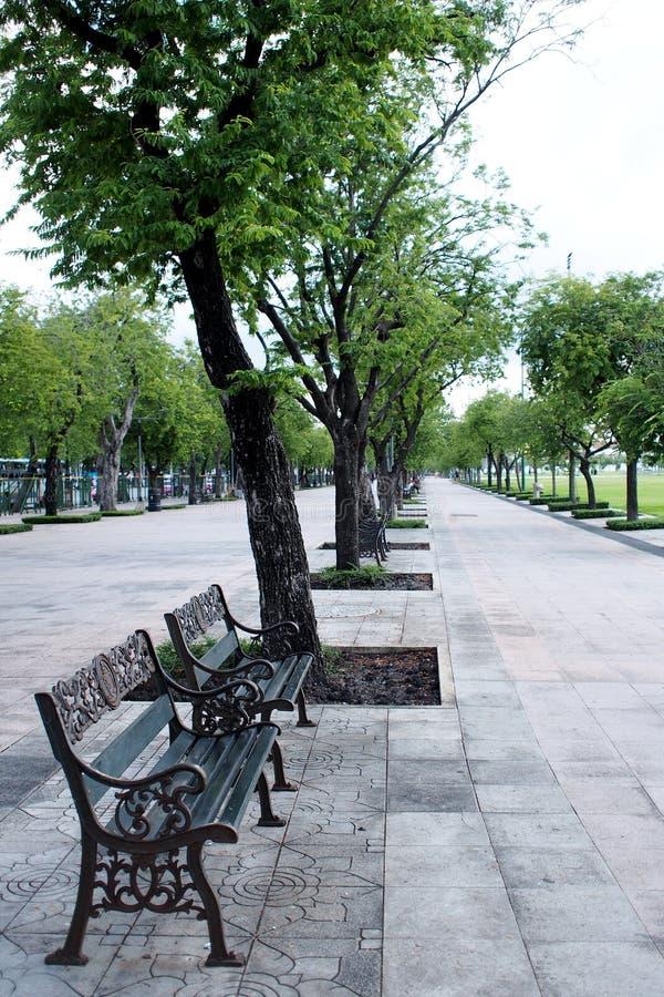 Metal la silla pasada de moda de acero del banco a lo largo del parque de SANAM LUANG foto de archivo