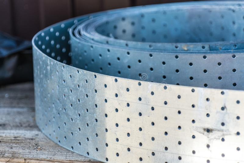 Metal la striscia perforata per la produzione degli impianti con legno immagine stock libera da diritti