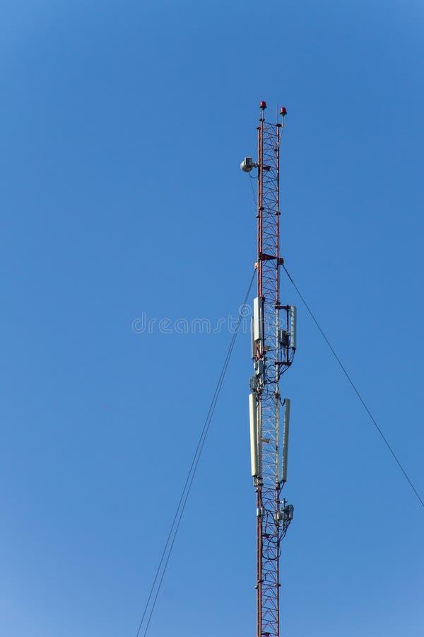 Metal la torre con las antenas para las comunicaciones m?viles del tel?fono celular contra el cielo azul imágenes de archivo libres de regalías