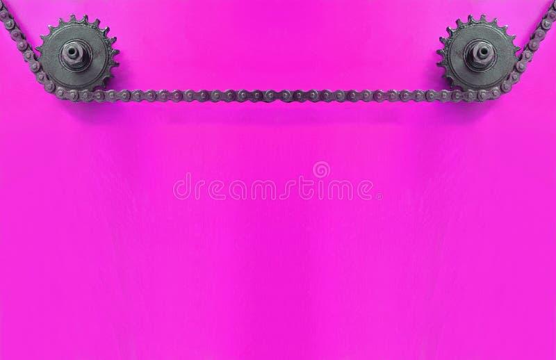 Metal las ruedas dentadas y encadénelas en fondo púrpura con el espacio vacío fotografía de archivo