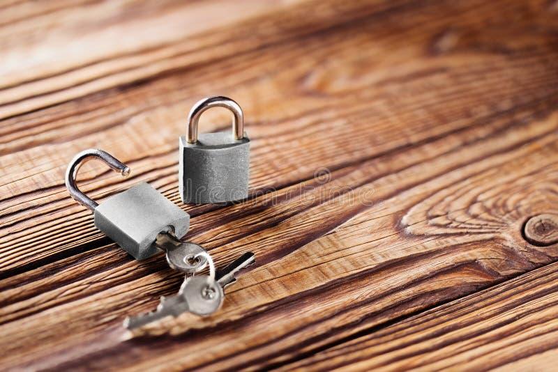 Metal le cadenas avec des clés argentées sur le vieux fond en bois Concept de domaine et de sécurité avec le symbole de la protec photographie stock libre de droits