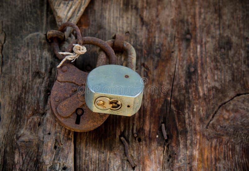 Metal le cadenas rouill sur une vieille porte en bois for Restaurer une vieille porte en bois