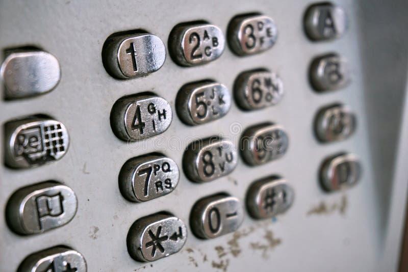 Metal le cadran de téléphone dans la cabine de téléphone public avec les lettres noires et les nombres sur les boutons plaqués pa photos stock