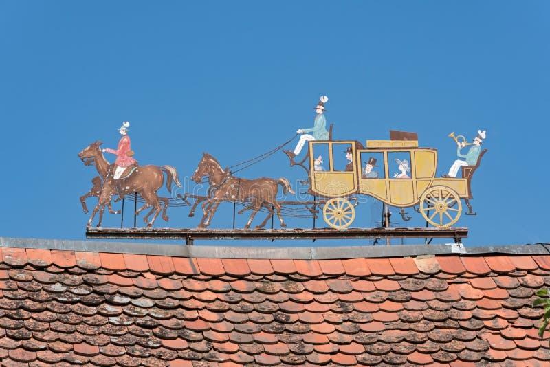 Metal le figure diligenza sul tetto di una proprietà immagine stock