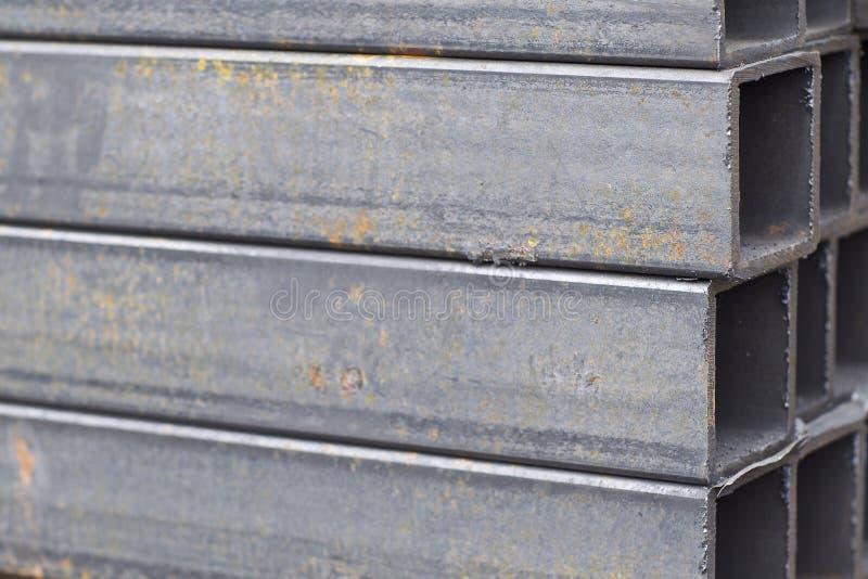 Metal le tuyau de profil de la section transversale rectangulaire dans les paquets ? l'entrep?t des produits m?talliques image libre de droits