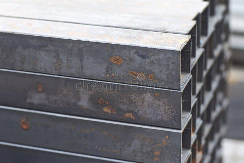 Metal le tuyau de profil de la section transversale rectangulaire dans les paquets ? l'entrep?t des produits m?talliques images stock