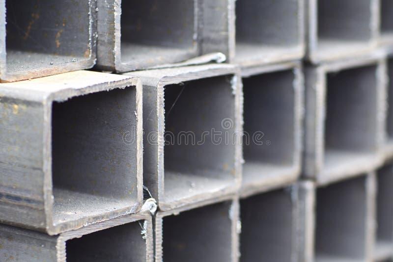 Metal le tuyau de profil de la section transversale rectangulaire dans les paquets ? l'entrep?t des produits m?talliques photos stock