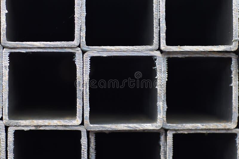 Metal le tuyau de profil de la section transversale rectangulaire dans les paquets ? l'entrep?t des produits m?talliques photographie stock