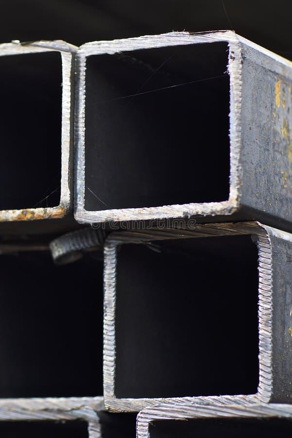 Metal le tuyau de profil de la section transversale rectangulaire dans les paquets ? l'entrep?t des produits m?talliques image stock