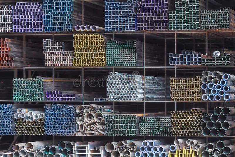 Metal le tuyau pour la construction sur l'étagère dans l'entrepôt images libres de droits