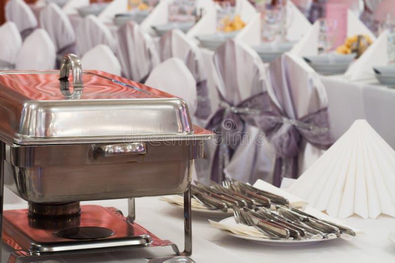 Metal les équipements de cuisine sur la table pour diner fin de mariage ou un événement approvisionné différent image libre de droits