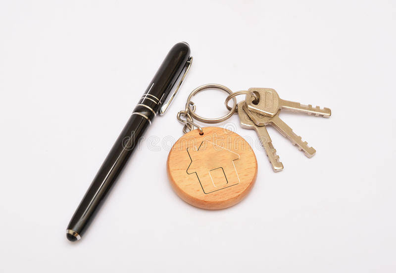 Metal les clés de porte avec le stylo et le porte-clés d'isolement sur le fond blanc photos stock