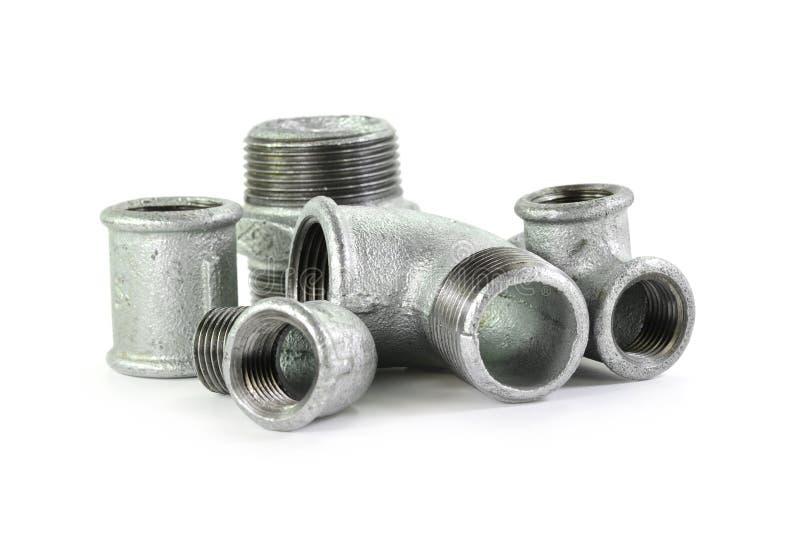 Metal les ferrures de coude pour des tuyaux, fond blanc d'isolement Outils et matériaux pour les travaux sanitaires illustration libre de droits