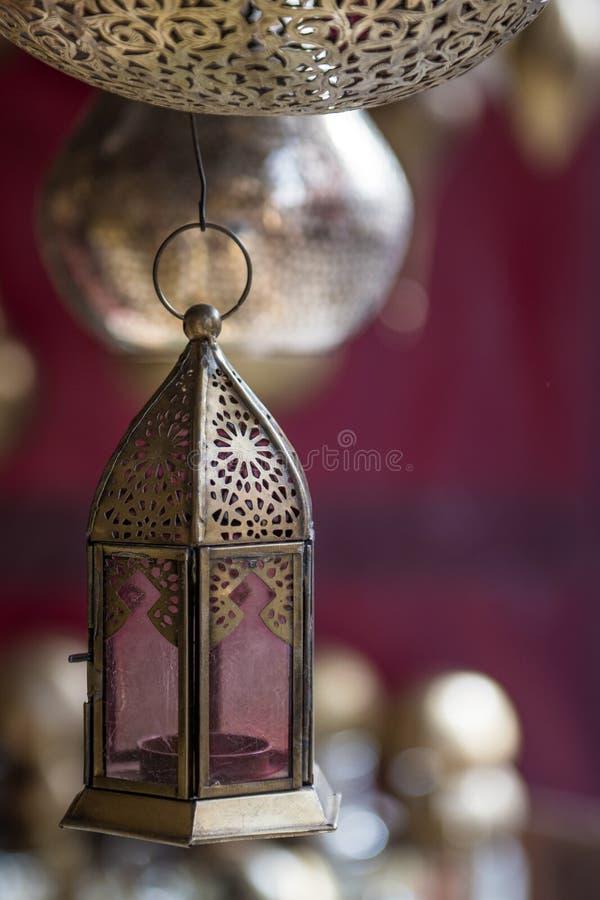 Metal les lampes pendant d'une boutique dans un souk de Marrakech images stock