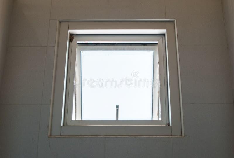 Metal markizy okno otwiera obrazy stock