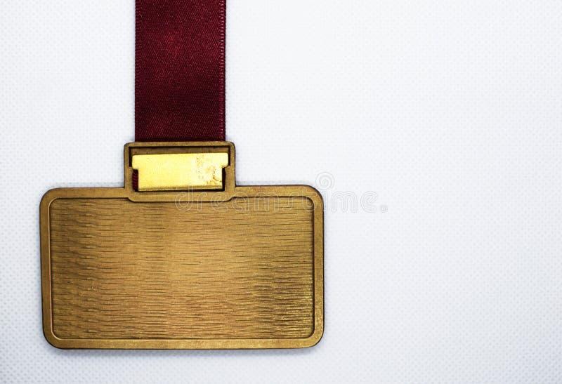 Metal a medalha com o espaço da cópia que pendura na fita vermelha fotografia de stock