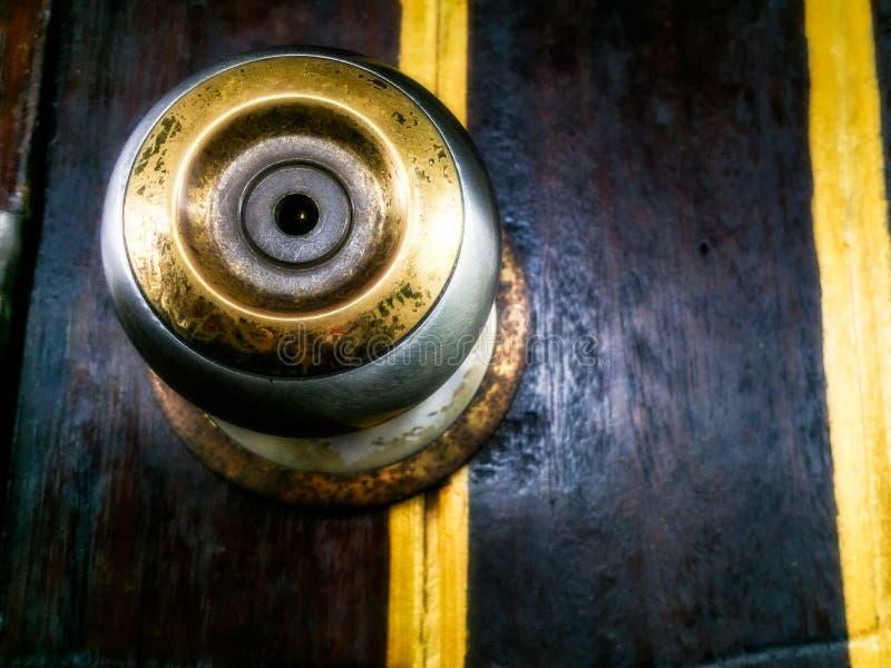 Metal mosiężna drzwiowa gałeczka na drewnianym drzwi zdjęcia stock