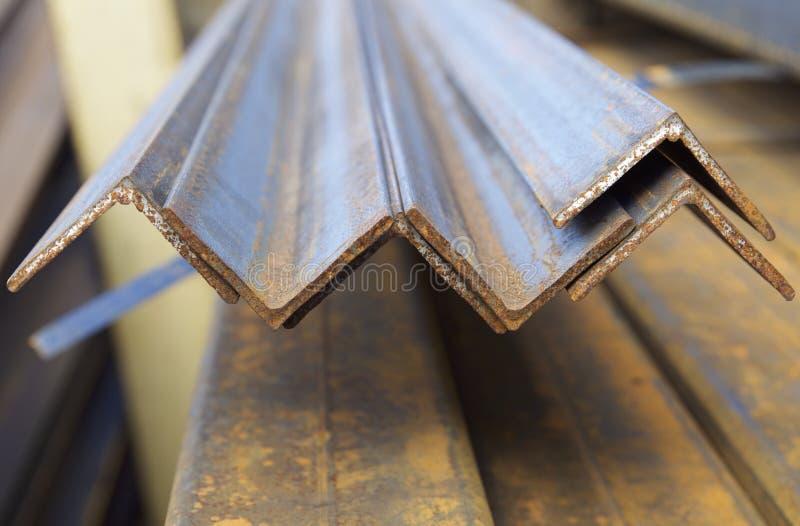 Metal o ângulo do perfil nos blocos no armazém de produtos foto de stock